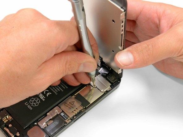 Tek bir kontaktörü ayırmakla tüm ekran bağlantısı sökülebiliyor.