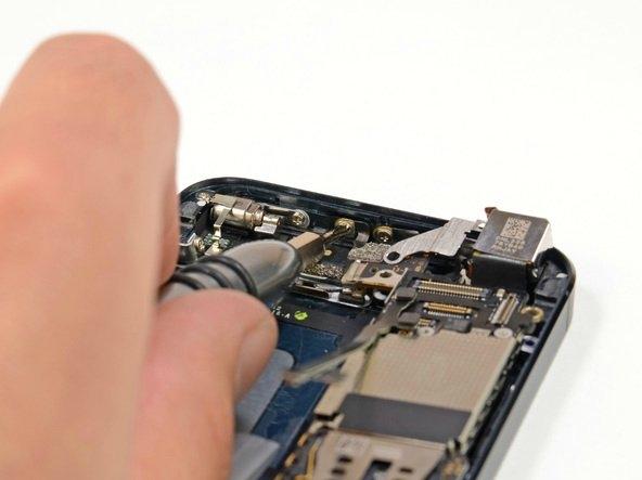 iPhone bilindiği gibi alüminyum çerçeveyi anten olarak kullanıyor. Anten bağlantıları bu yan vidalardan sökülebiliyor.